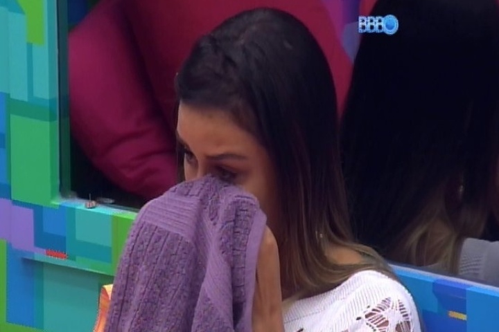 10.fev.23014 - Letícia chora e é consolada por Tatiele