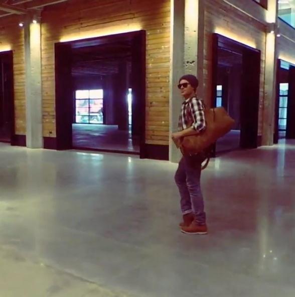 8.fev.2014 - Zac Efron dança o moonwalk