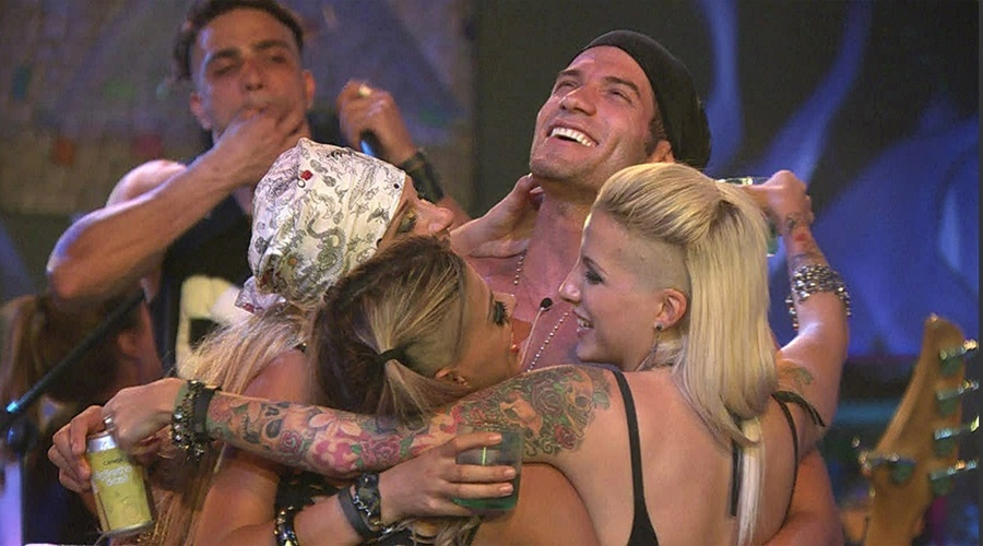 9.fev.2014 - Clara, Vanessa e Tatiele dão selinho triplo na festa Metal