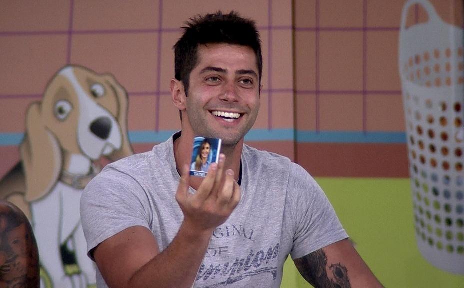 10.fev.2014 - Marcelo sorteia Tatiele para responder às perguntas dos colegas na Lavanderia do