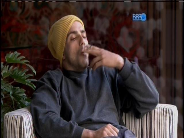 11.fev.2014 - Emparedado, Junior acorda e fuma um cigarro na varanda