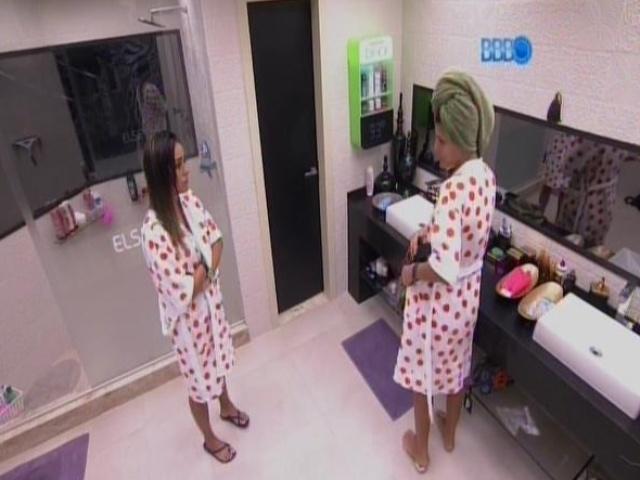 11.fev.2014 - Letícia tenta conversar com Franciele no banheiro