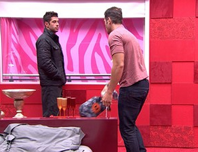 11.fev.2014 - Roni chama Marcelo para sair do quarto: