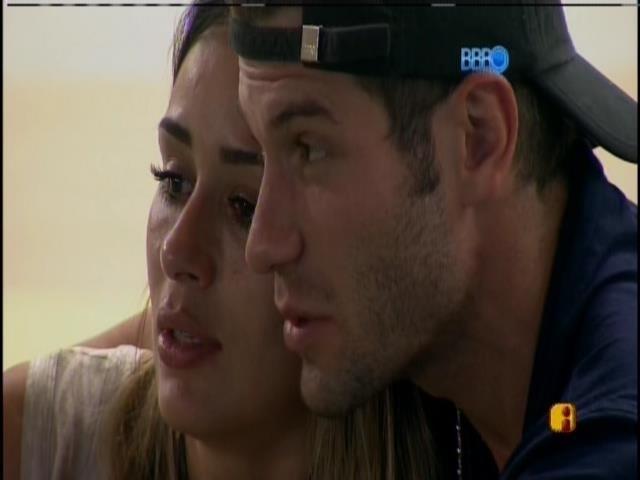 11.fev.2014 - Roni conversa com Letícia depois da saída de Junior