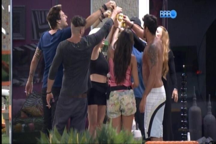 11.fev.2014 Brothers brindam com cervejas cedidas por Boninho