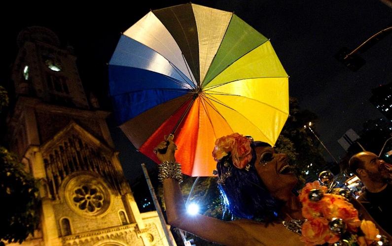 4.fev.2013 - Banda Redonda, fundada por membros do antigo Teatro de Arena, desfila pelas ruas do centro de Sao Paulo