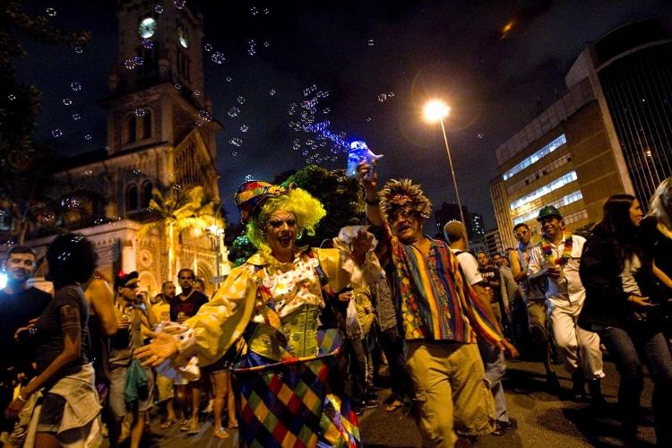 4.fev.2013 - Banda Redonda, fundada por membros do antigo Teatro de Arena, desfila pelas ruas do centro de Sao Paulo. Em 2014 a banda comemora 40 anos de folia