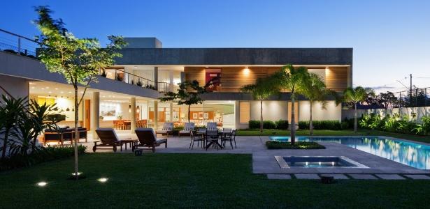 imagens jardins grandes : imagens jardins grandes:Rampa 'monumental' e áreas de lazer privilegiadas compõem casa de