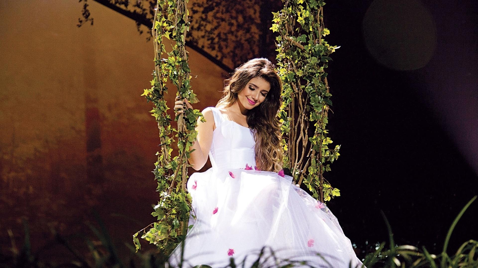 Cantora sertaneja Paula Fernandes estreia novo show,