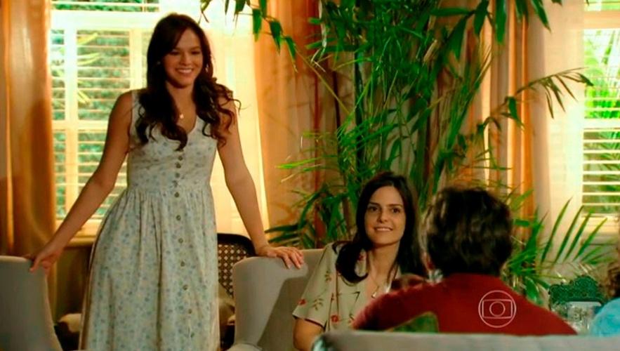 Roupas com estampa floral miúda prevaleceram nos figurinos femininos, como nesse vestido da personagem Helena (Bruna Marquezine) na segunda fase da novela.