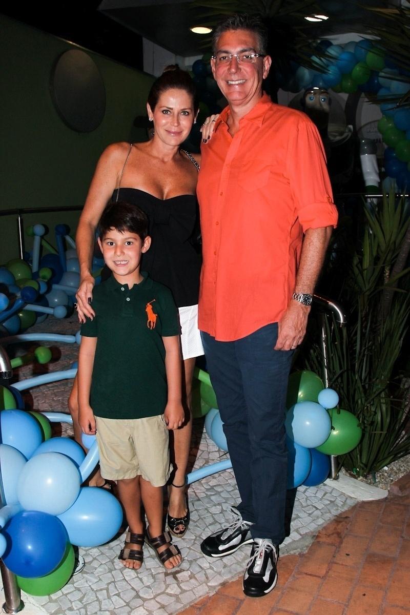 11. fev.2014 - Com o marido, Carlos, e o filho Pedro, Gigi Monteiro prestigia o aniversário de três anos de Luigi, filho do casal de atores Ana Saab e Lorenzo Martin, em São Paulo