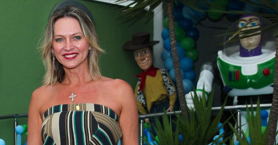 11.fev.2014 - A apresentadora Adriana Colin prestigia o aniversário de três anos de Luigi, filho do casal de atores Ana Saab e Lorenzo Martin, em São Paulo