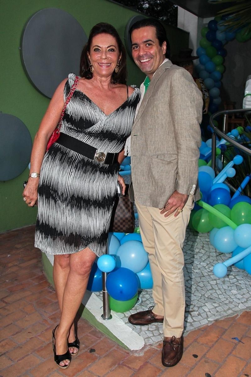 11.fev.2014 - A socialite Beth Szafir e o consultor de etiqueta Fábio Arruda vão ao aniversário de três anos de Luigi, filho do casal de atores Ana Saab e Lorenzo Martin, em São Paulo