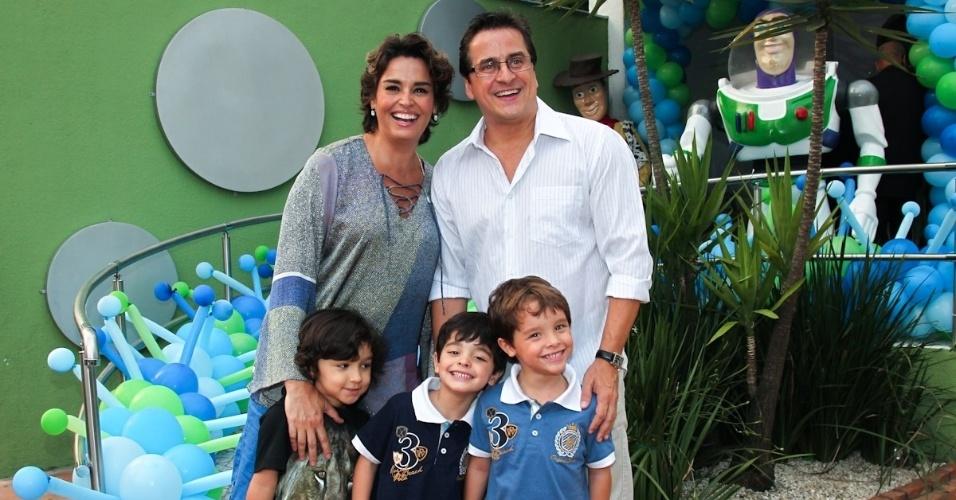 11.fev.2014 - Com o marido Fernando e os filhos Massimo e Marco, Suzy Rêgo prestigia o aniversário de três anos de Luigi, filho do casal de atores Ana Saab e Lorenzo Martin, em São Paulo