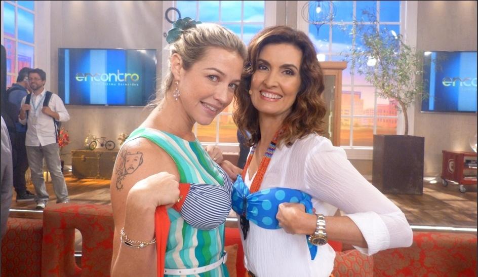 11.fev.2014 - Luana Piovani e Fátima Bernardes experimentam biquini durante o