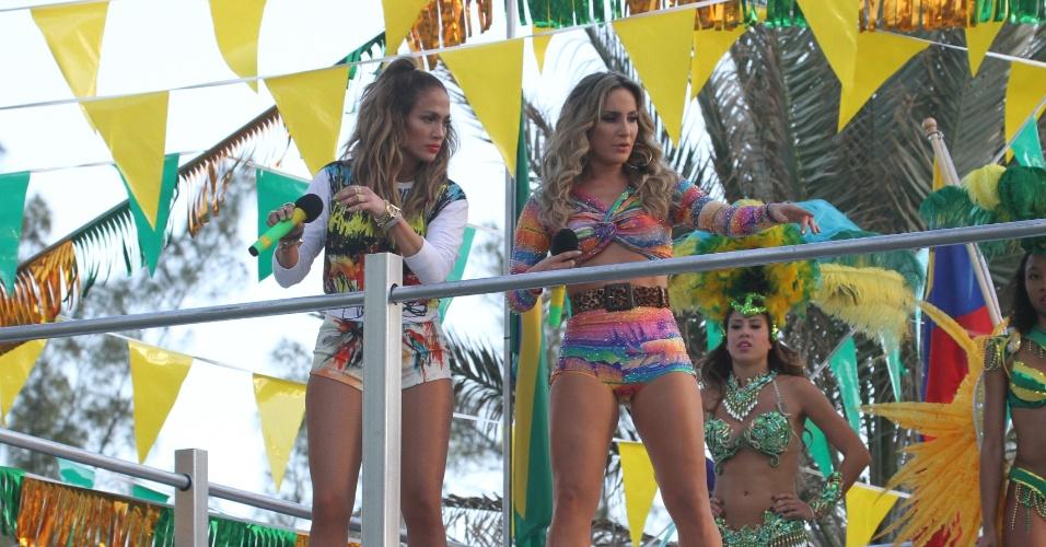 """12.fev.2014 - As cantoras Jennifer Lopez e Claudia Leitte e o rapper Pitbull gravaram em Miami o clipe da música """"We Are One"""", tema da Copa do Mundo 2014. O trio dançou em cima de um trio elétrico, representando o clima de Carnaval brasileiro."""