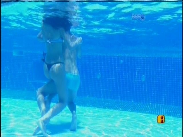 12.fev.2014 - Casal FranGo, Franciele e Diego brincam na piscina