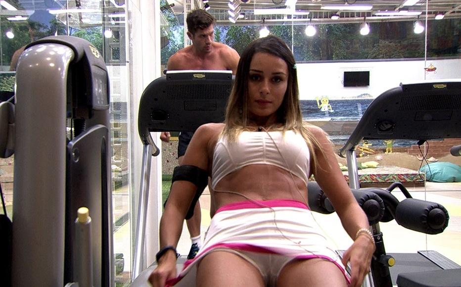 12.fev.2014 - Letícia malha as pernas na companhia do modelo Roni