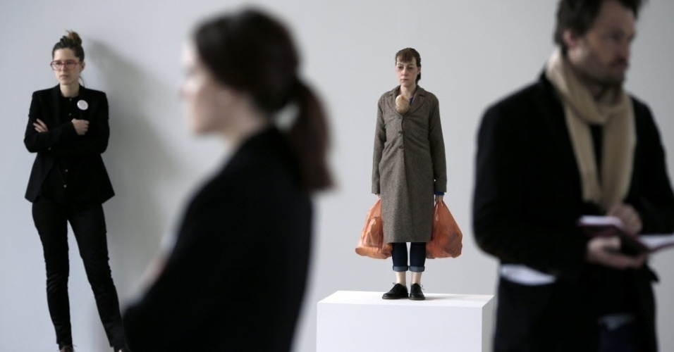 "15.abr.2013 - Obra ""Woman with Shopping"", de Ron Mueck, exposta na Fondation Cartier, em Paris"