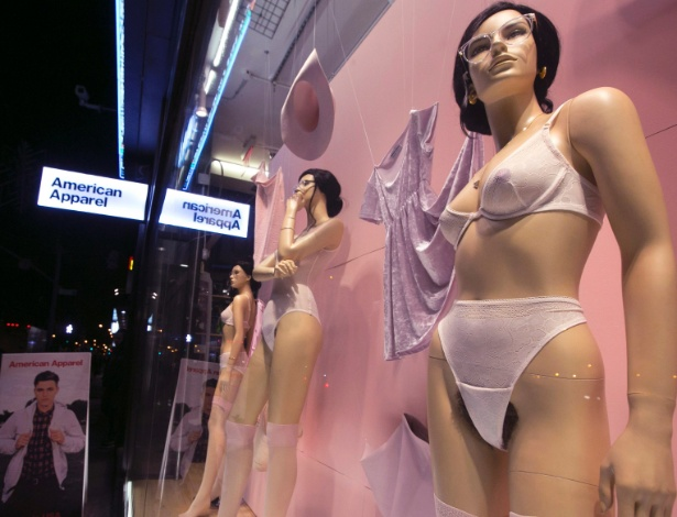 Manequins com pelos pubianos fartos e aparentes causaram polêmica na vitrine da loja American Apparel, no bairro do Soho, em Nova York