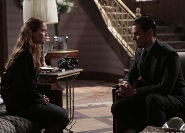 Manfred tenta fazer com que Franz pareça ser um assassino para ela