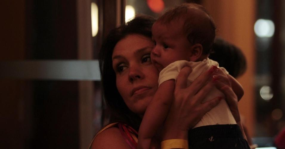 12.fev.2014- Simony esteve com o caçula Antony,  de apenas três meses, em uma festa em um bar de São Paulo