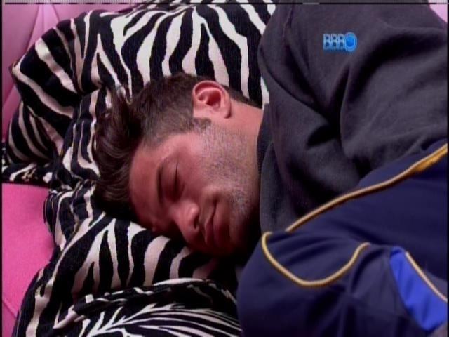 13.fev.2014 - Brothers voltam a dormir. Roni dorme no sofá da sala.