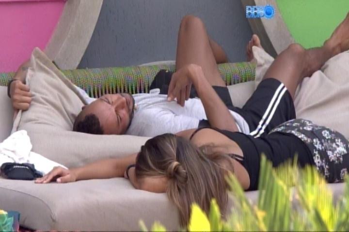 13.fev.2014 - Deitados no lado externo da casa, Valter e Angela comentam a relação de Letícia e Marcelo