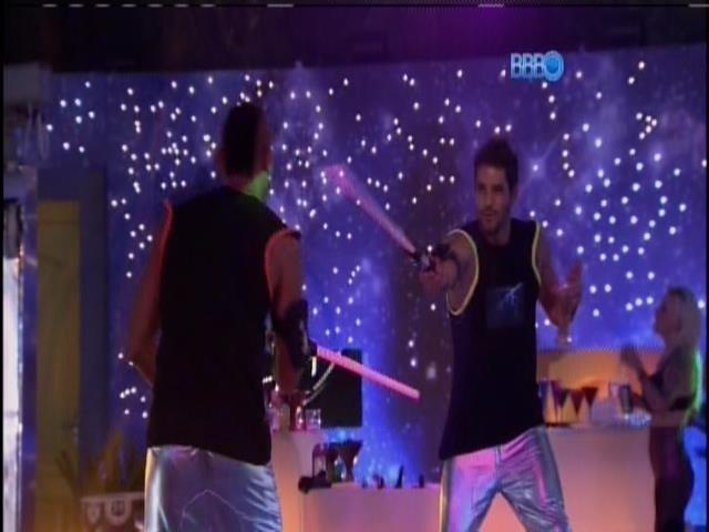 13.fev.2014 - Diego e Valter brincam de lutar espadas