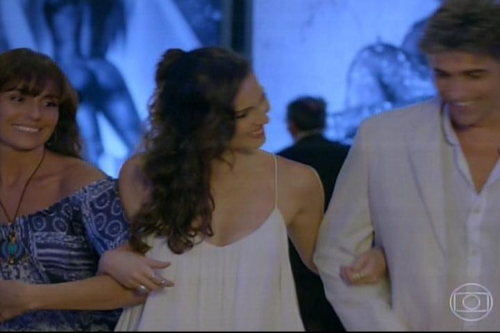 13.fev.2014 - Durante sua exposição de fotos, Marina (Tainá Mülher) se interessa por Clara (Govanna Antonelli) assim que a moça chega com Cadu (Reynaldo Gianecchini). Encantada, ela se aproxima de Clara e puxa conversa