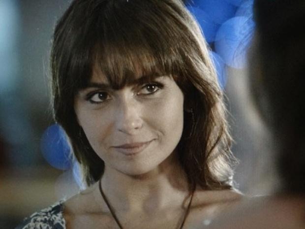 """13.fev.2014 - """"Em Família"""", Clara fica em dúvida sobre aceitar ou não convite de Marina"""
