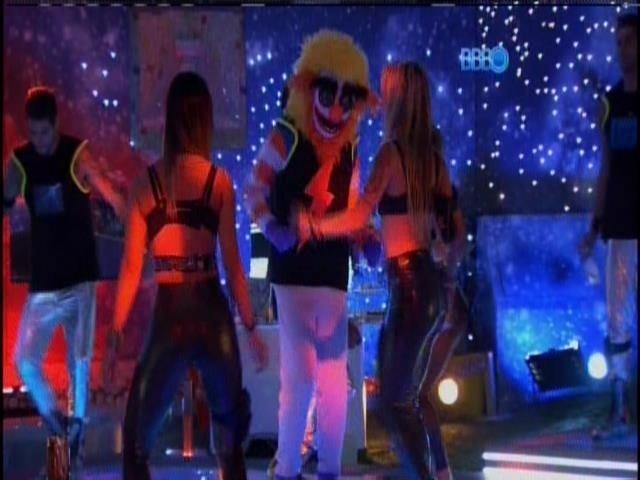 13.fev.2014 - Letícia e Tatiele dançam com homem fantasiado