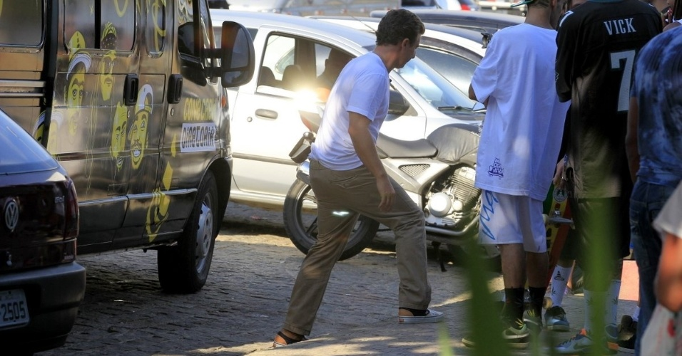 13.fev.2014 - Luciano Huck grava com Tatá Werneck no Recreio dos Bandeirantes, Zona Oeste do Rio de Janeiro