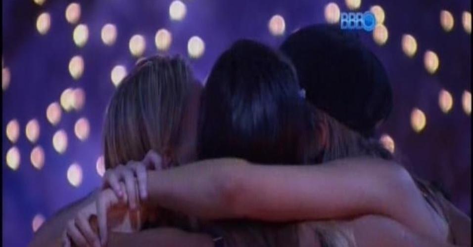 13.fev.2014 - Tatiele pede beijo coletivo para Letícia, Clara e Vanessa