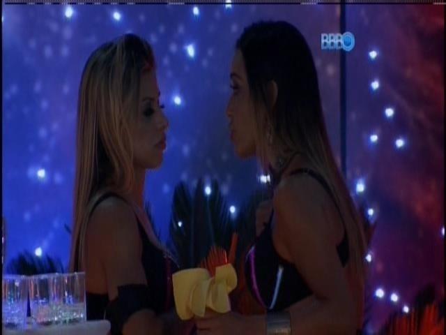 13.fev.2014 - Vanessa e Letícia conversam sobre votação e Franciele