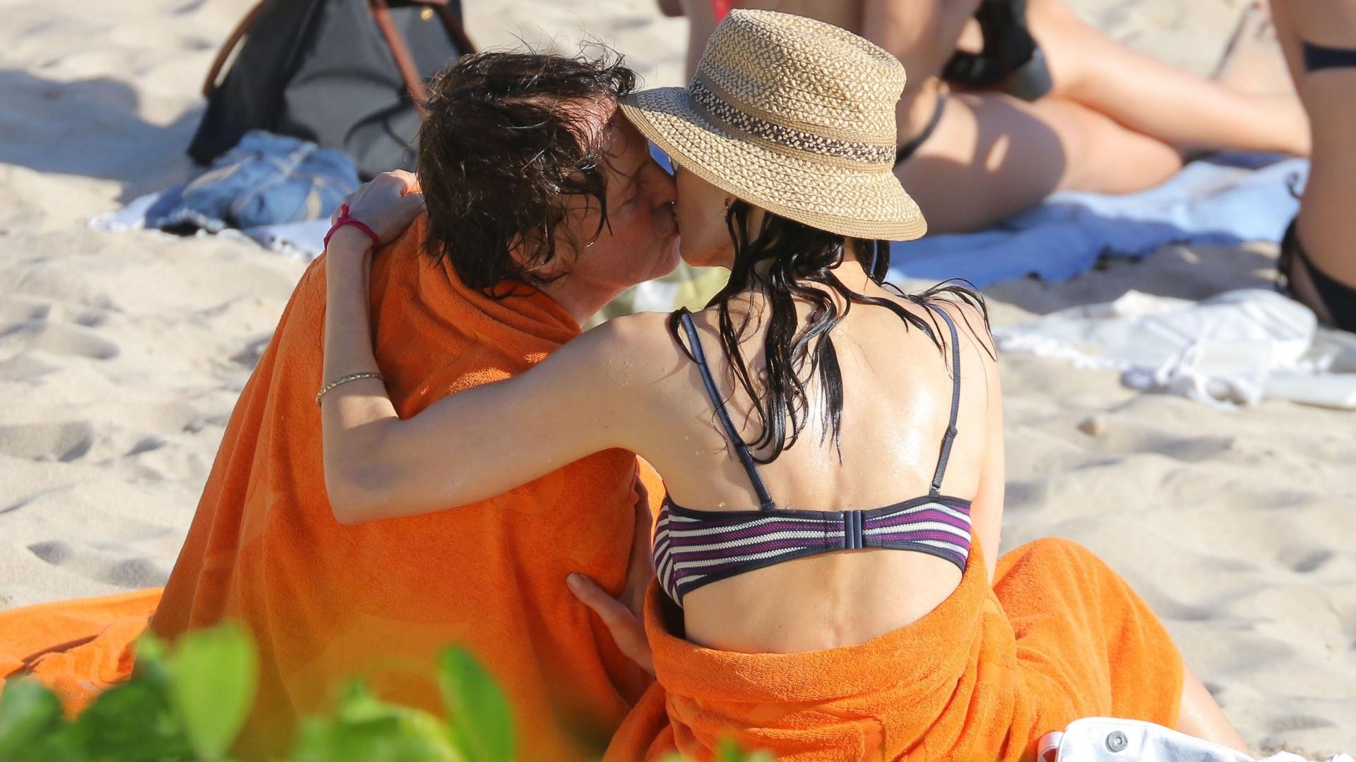 27.dez.2013 - Paul McCartney e Nancy Shevell se beijam em praia de St.Barths