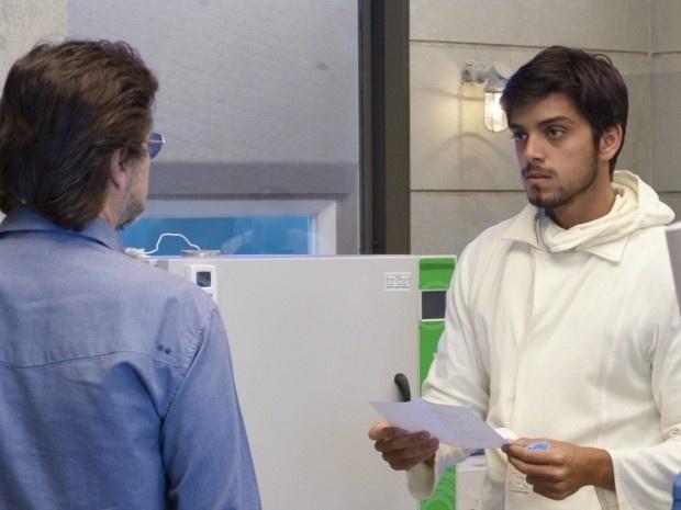 LC (Antonio Calloni) vai atrás de Marlon (Rodrigo Simas) para saber a verdade sobre a fórmula