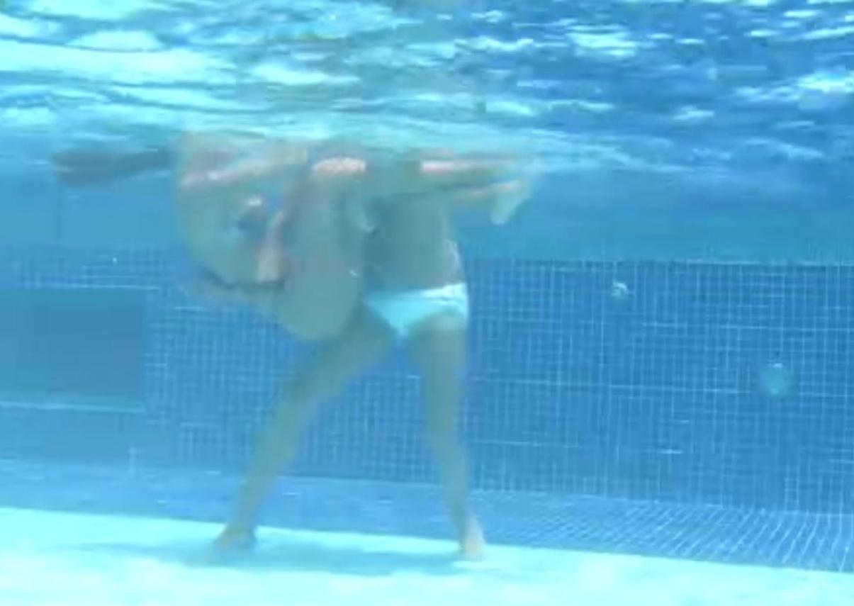 13.fev.2014 - Franciele e Diego se divertem na piscina, e a promotora de eventos quase