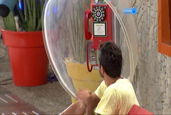 14.fev.2014 - A postos, Diego e Letícia estão de plantão à espera do Big Fone