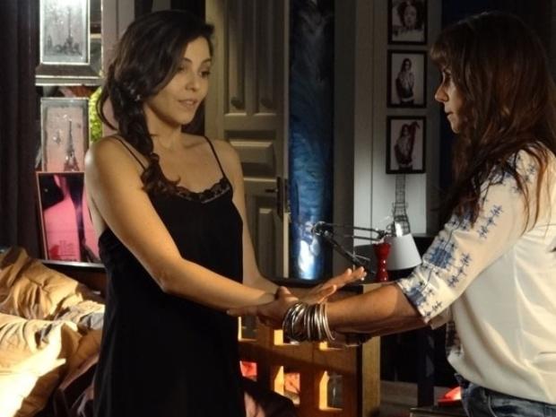 """14.fev.2014 - """"Em Família"""", Marina recebe ajuda de Clara para ir até o banheiro"""