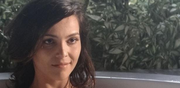 """""""Em Família"""", Marina toma banho na frente de Clara"""