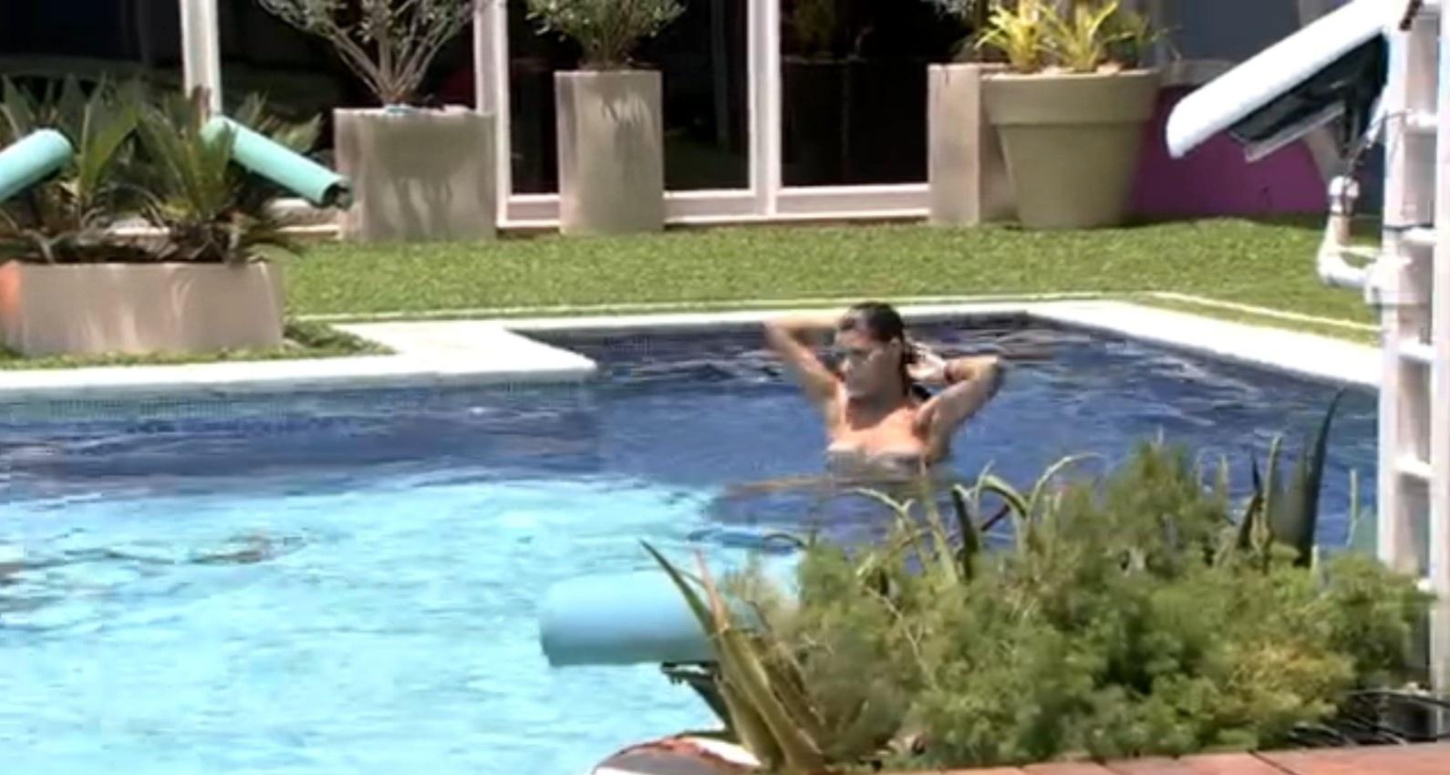 14.fev.2014 - Franciele e Diego se divertem na piscina, e a promotora de eventos quase