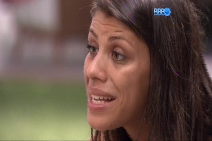 14.fev.2014 - Franciele reclama com Letícia que ela sensualiza com os brothers