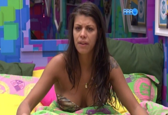 14.fev.2014 - Em conversa com Angela, Franciele revela que está com dó de Letícia