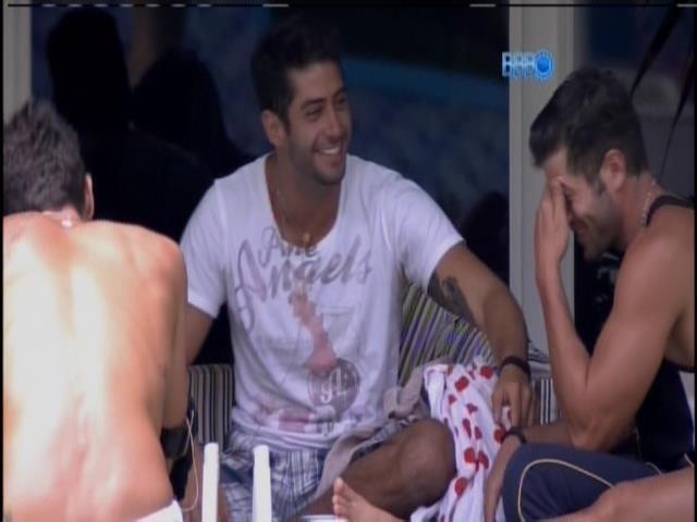 14.fev.2014 - Roni, Marcelo, Diego e Tatiele conversam