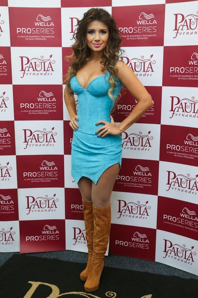 14.fez.2014 - Com visual ousado, Paula Fernandes posa nos bastidores de seu novo show da turnê