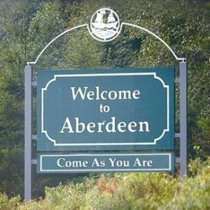 """Com a inscrição """"Come as You Are"""", placa dá boas vindas aos visitantes de Aberdeen, berço do Nirvana"""