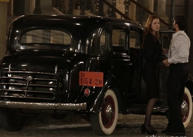 Sílvia entra em carro com Viktor, mas não imagina que está sendo seguida