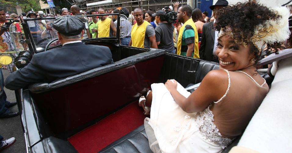 """15.fev.2014 - A jornalista Aline Prado chegou ao seu casamento no bloco """"Imprensa Que Eu Gamo"""" em um calhambeque"""