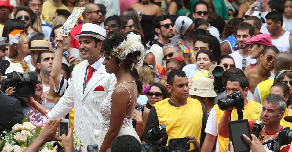 15.fev.2014 -  A jornalista Aline Prado e o militar Bruno Nalbone se casaram no bloco